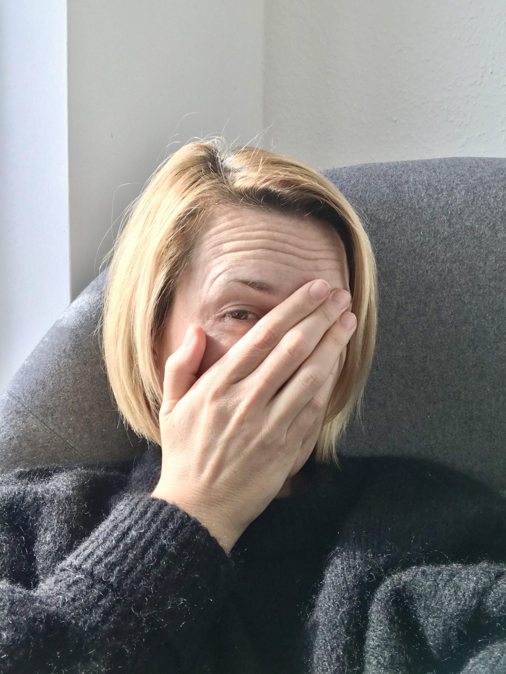 Laura facepalmt um ihr Grippegesicht zu verstecken